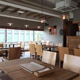 オープン前の全席空席のカフェ