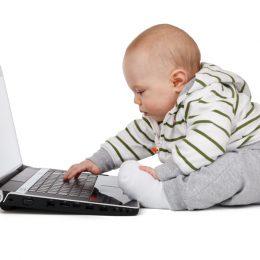 ノートパソコンを触る赤ちゃんアイキャッチ