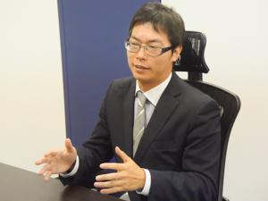 インタビューを受ける鶴井氏