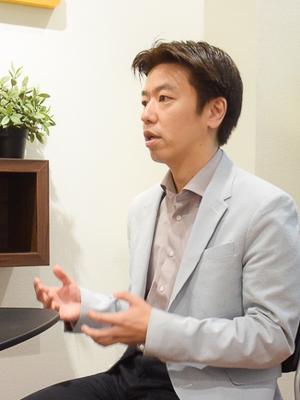 インタビューに応じる綾部氏