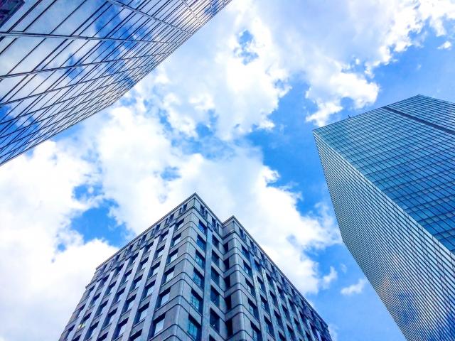 ビル街と青空