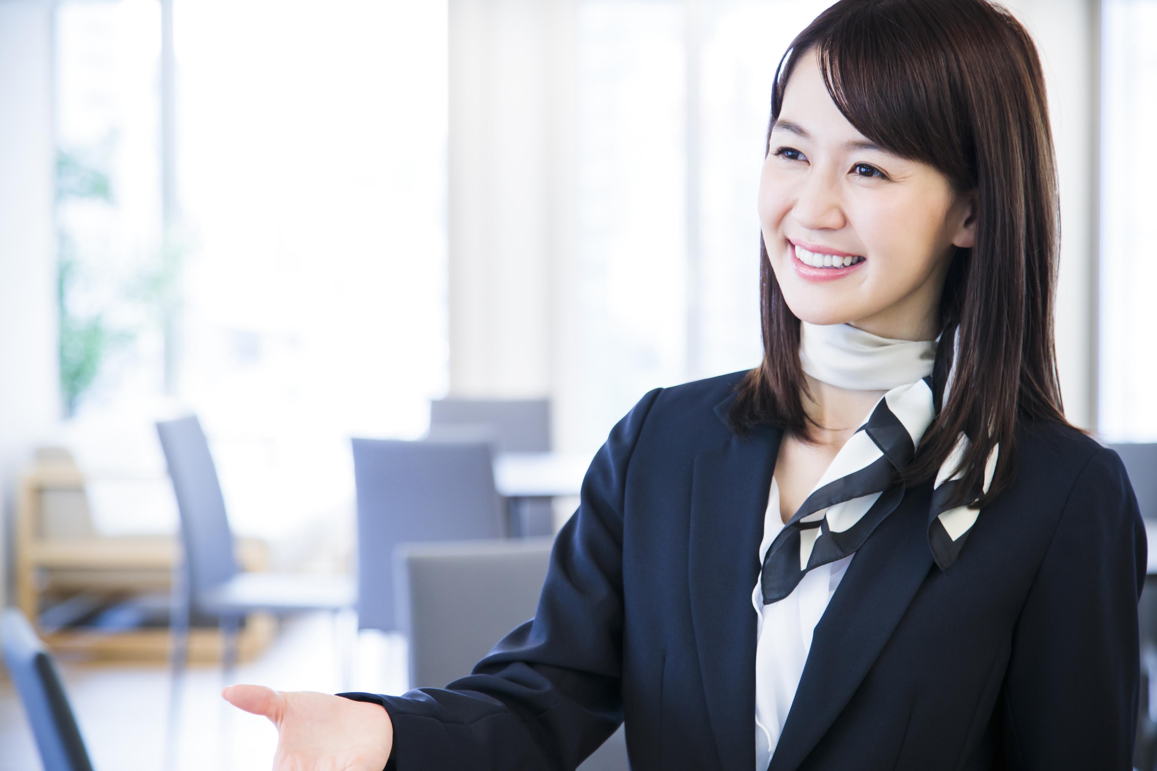 スーツを着た笑顔の女性