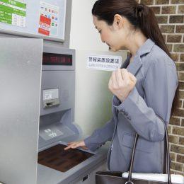 ATMを操作する女性