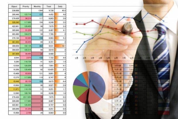 グラフなどのデータを生み出す男性