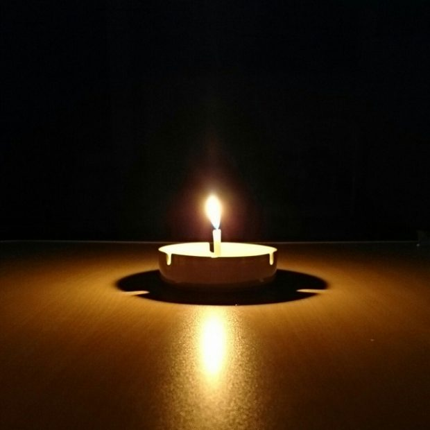 暗い部屋で灯る蝋燭