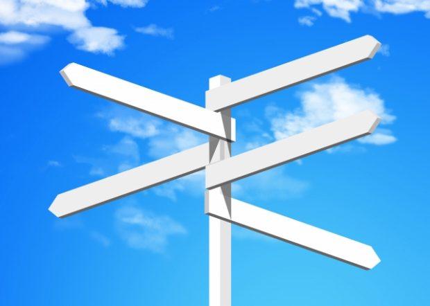 青空と白い方向看板