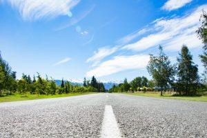 青空と木々道路