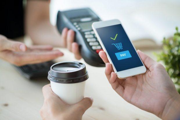 お店のレジで携帯を使って支払う人