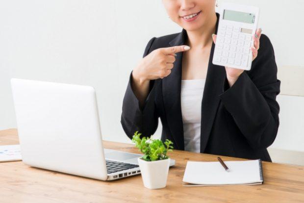 稼いだ金額を計算する女性