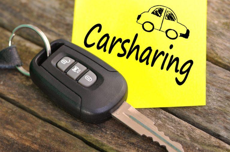 カーシェアリングの案内と車のキー(鍵)