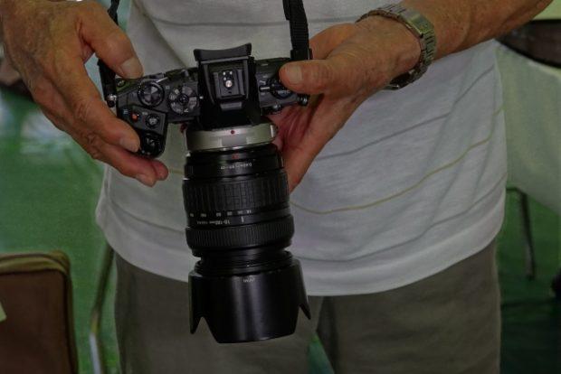 カメラの動作を確認する男性