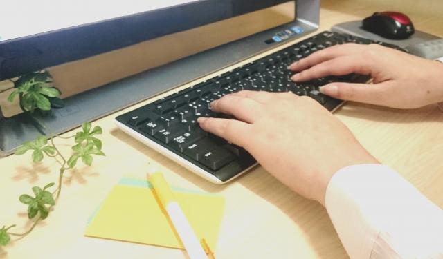 ひたすらブログ記事を書く女性