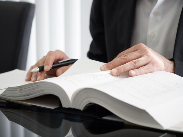 通訳ガイドの資格を目指して勉強する男性