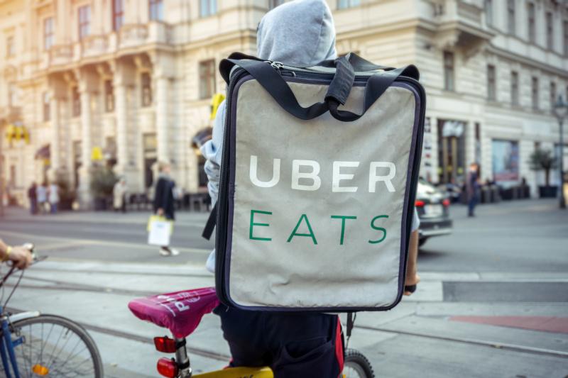 uber eatsの運搬スタッフ
