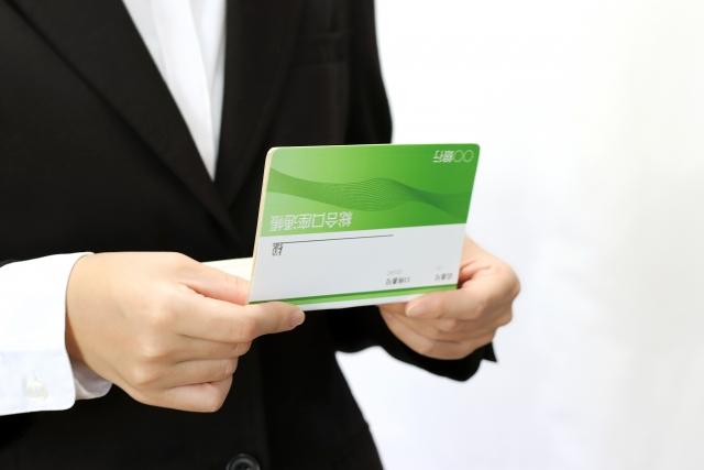 定期預金の残高で融資を受けようか迷う女性