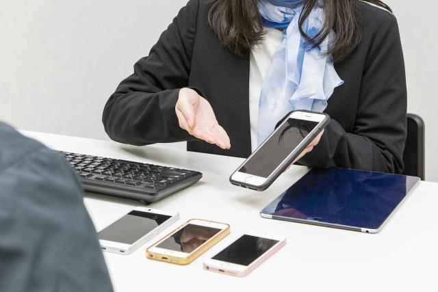 携帯ショップで接客するバイトの女性