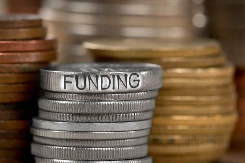 積み重なったコインにfundingの印字