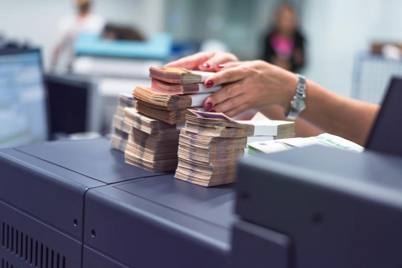 銀行員が札束を手渡す