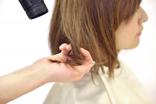 フリーランス美容師が髪をブローする