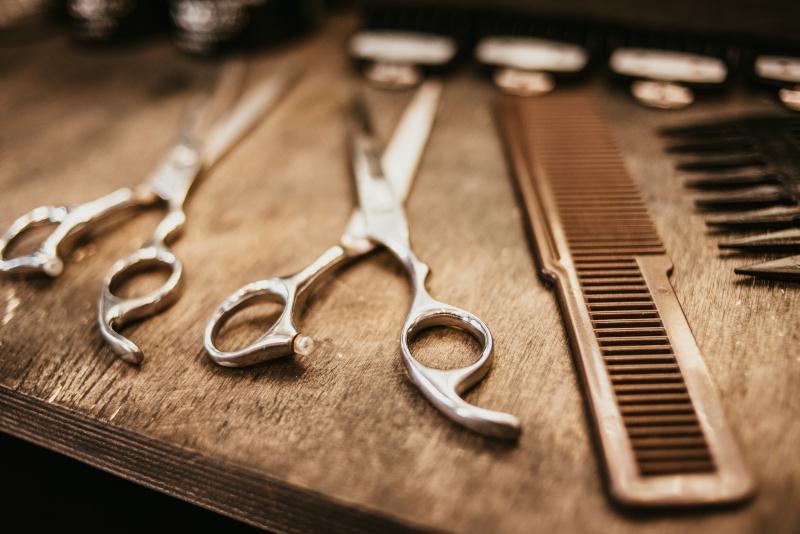 美容師用ハサミ、ブラシ
