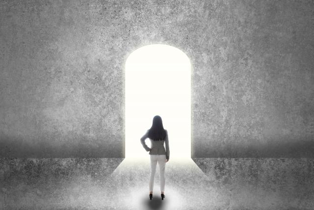 フリーランスの扉を潜ろうか迷う女性