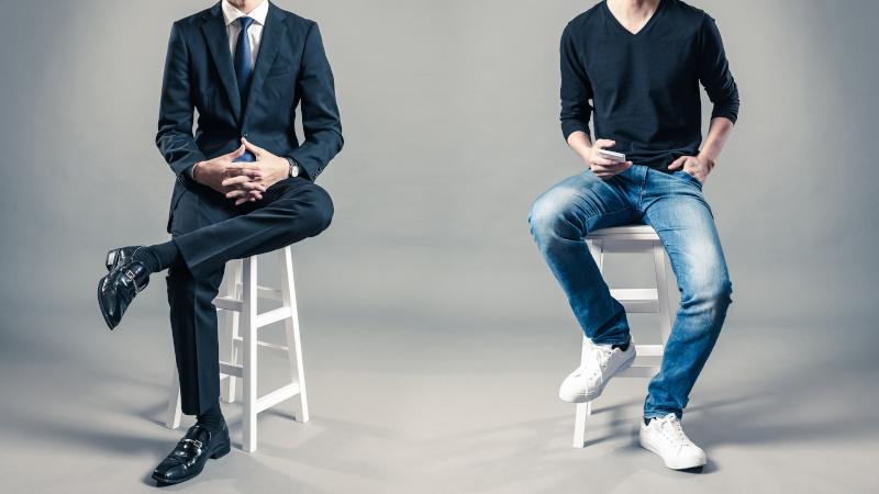 スーツと私服の男性 サラリーマンとフリーランサー
