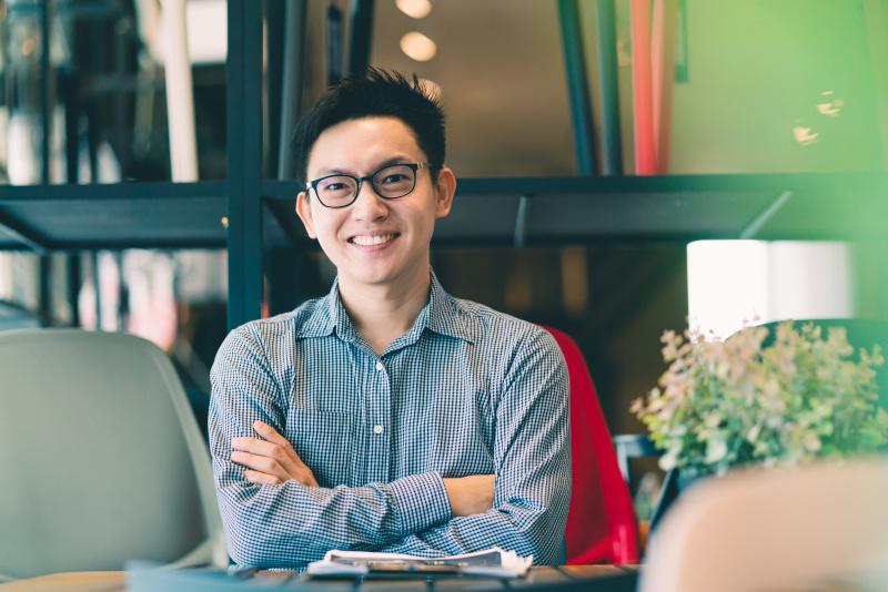新しいオフィスに座るスタートアップの起業家