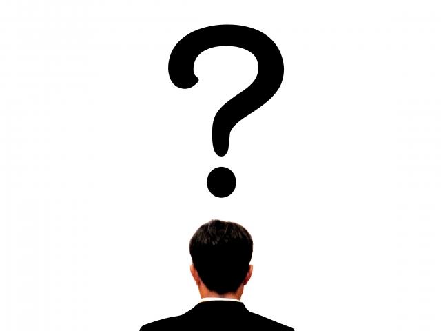 フリーランスの仕事の種類について疑問を抱く男性