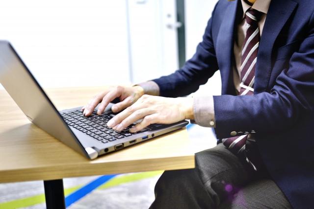 仕事の合間に一般求人サイトをチェックする男性