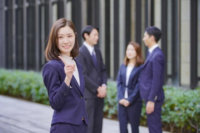 会社に勤めながらフリーランスエージェントに登録する女性