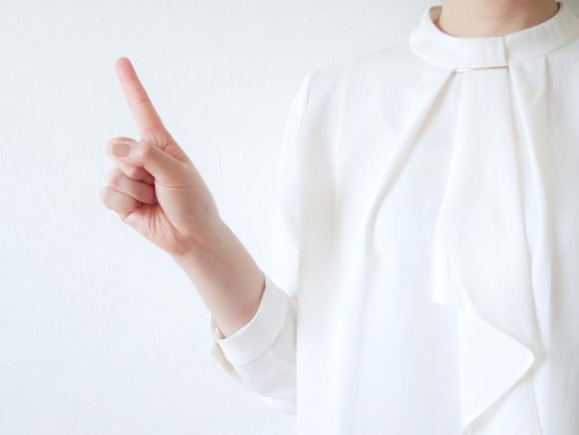 常駐型と他の業務形態との違いを説明する若い女性