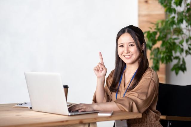 ギークスジョブ登録の流れを說明する女性