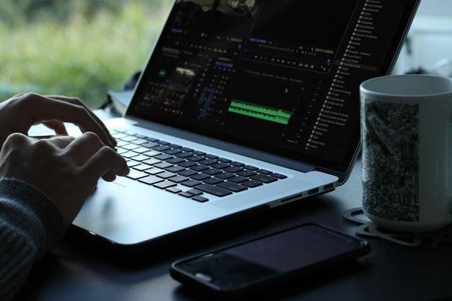 フリーランスの動画編集者は稼げる?働き方や収入の目安などを紹介!